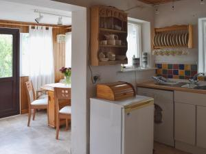 A kitchen or kitchenette at Enys