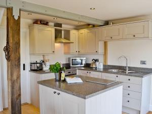 A kitchen or kitchenette at The Cart Lodge