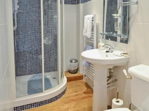 A bathroom at Keld House Farm