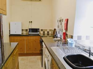 A kitchen or kitchenette at Groudd Hall Cottage