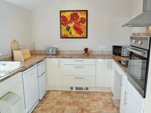 A kitchen or kitchenette at Skylarks
