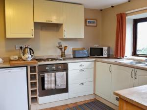 A kitchen or kitchenette at Widows Cottage