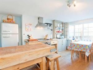 A kitchen or kitchenette at Corner House