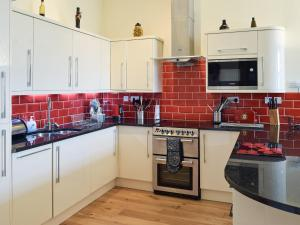 A kitchen or kitchenette at 5 Ladstock Hall