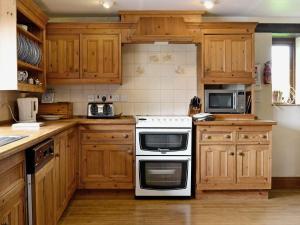 A kitchen or kitchenette at The Granary VI