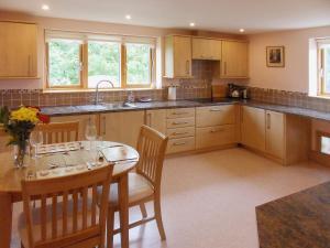 A kitchen or kitchenette at Gosling Barn