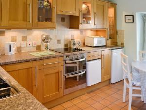 A kitchen or kitchenette at Rectory Cottage