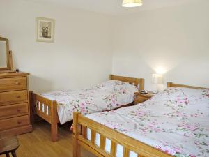 A bed or beds in a room at Dol Afon