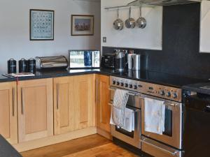 A kitchen or kitchenette at Glanrafon Isaf