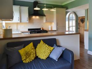 A kitchen or kitchenette at Apple Tree House