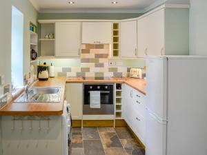 A kitchen or kitchenette at Coed Y Glyn