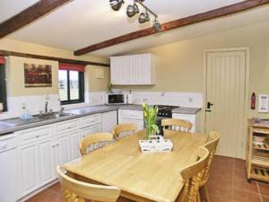 A kitchen or kitchenette at The Willows