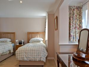 A bed or beds in a room at Stable Cottage