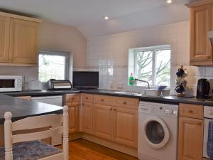 A kitchen or kitchenette at Stable Cottage