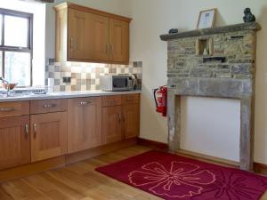 A kitchen or kitchenette at Throstle Hall Cottage