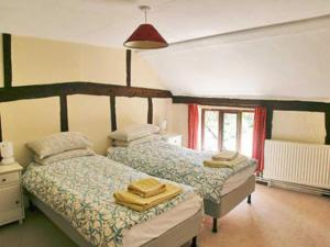 A bed or beds in a room at Meadow Cottage