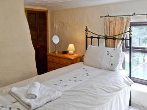 A bed or beds in a room at Bannsvale Cottage