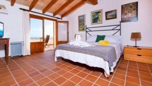 A bed or beds in a room at Villa Alcanada Golf / Prats