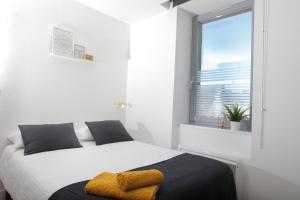 A bed or beds in a room at Dormir en ville - Centre Concarneau