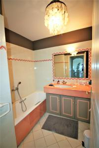 A bathroom at Le Surcouf XXIV