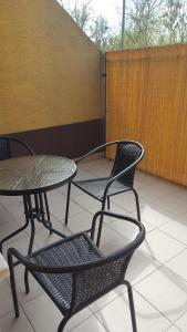 A balcony or terrace at Ligetház Apartman