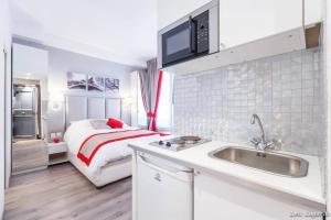 A kitchen or kitchenette at Romantic studio / Champs Elysées