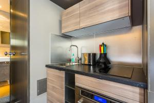 A kitchen or kitchenette at CMG Deluxe Tour Eiffel VI