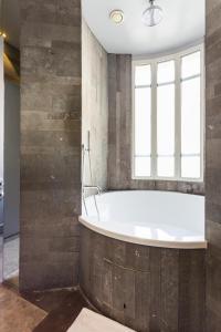 A bathroom at CMG Suite Premium Tour Eiffel III
