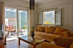 A seating area at VILLA VASO 3bd,2ba,luxury and peace,great lake views