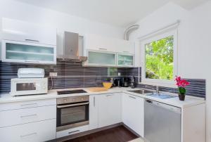 A kitchen or kitchenette at Villa Daria