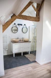 Salle de bains dans l'établissement Les maisons de Charlotte