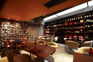 De lounge of bar bij Oakwood Residence Sukhumvit 24