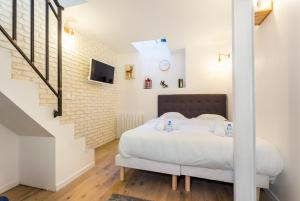 A bed or beds in a room at CMG Blanche/ Moulin Rouge/ Place de Clichy
