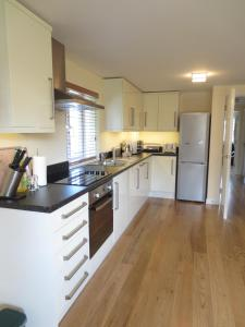 A kitchen or kitchenette at Oxford Apartments 2