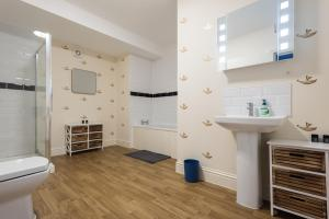 Ein Badezimmer in der Unterkunft The Broadmead Jungle - Lovely & Central 3BDR Apartment