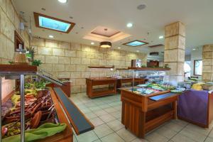 Een restaurant of ander eetgelegenheid bij Anthos Apartments