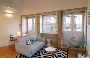 A seating area at HM - Bonjardim Duplex Charming Apartment