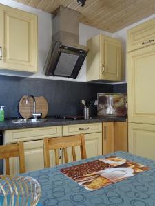 A kitchen or kitchenette at Sommerhaus