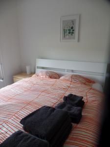 A bed or beds in a room at Gastenverblijf Ikorna