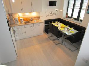 A kitchen or kitchenette at Strandperle bei Binz