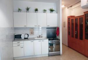 A kitchen or kitchenette at City Center Apartment on Dizengoff