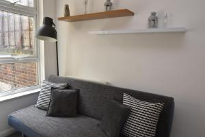 A seating area at Cozy Apartment in Camden Town
