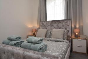A bed or beds in a room at Cozy Apartment in Camden Town