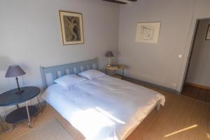 A bed or beds in a room at La Cour des Chevau-Legers