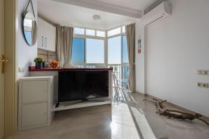 A television and/or entertainment center at Nest Studio Playa Alhamar