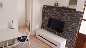 Televízia a/alebo spoločenská miestnosť v ubytovaní Šukalo