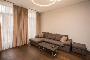 A seating area at North Avenue Modern Apartments