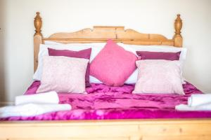A bed or beds in a room at Beautiful Seaview 3 Bed Apartment South Shields
