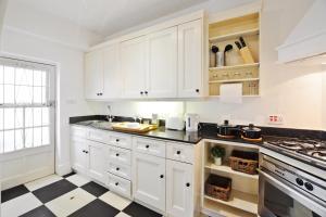 Cuisine ou kitchenette dans l'établissement Luxury 3 bedrooms Mews House in South Kensington
