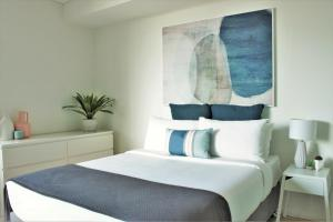 A bed or beds in a room at The Allengrove – Exec 2 bed (MACALN1)